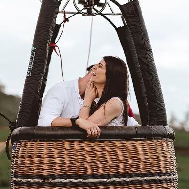 o casal Geila e Tom dentro do balão